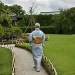 Сад Момояма - справа от меня. Такая вот зеленая лужаечка (говорят, это явное европейское влияние, в чисто японскому саду должен быть песок или мелкий гравий) и разнообразные камни на ней