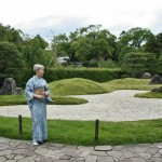 На фоне последнего из садов Дзёнан-гу. Каменно-травяного сада Рикю