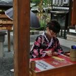 """Ребенка тоже решила написать пожелание. Это может сделать любой желающий и бесплатно. На ребенке - """"юката-дресс"""", т.е. платье, стилизованное под юкату. Верхняя половина выполнена конкретно по крою кимоно, только кружавчиками украшена по краю воротника и """"манжетам"""". А нижняя - просто оборчатая юбка на резинке. Популярный наряд для девочек: почти юката, но надевать значительно проще и выглядит современнее. Заколка в виде микро-шляпки оказалась удивительно в тон комплекту, потому была временна позаимствована у старшей сестры (которая по субботам учится)"""