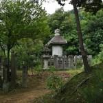 Небольшое кладбище на холме над храмом. Судя по виду, примерно тех же времен, что и сам храм