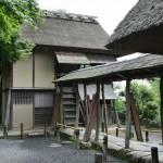 Еще один чайный домик, Сигурэ-тэй. Крытый коридор связывает его с другим чайным домиком, оставшимся за кадром, Каса-тэй. Оба домика были спроектированы Сэн-но Рикю, одним из основоположников японской чайной церемонии, современником Тоётоми Хидэёси, чьей памяти и посвящен храм Кодай-дзи