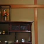 Угол в комнате, где мы обедали. Традиционный шкафчик для посуды и мелочей