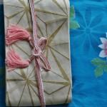 Это самая первая из моих юкат, вместе с поясом подаренная свекровью 12 лет назад. Этот пояс купила в марте этого года на ярмарке в Мияко-Мэссэ. Оби-дзимэ - летний, показывала уже с летним кимоно. Оби-агэ с юкатой не носят (потому как оби-макура не используется)