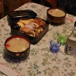 """Вернулись домой и я быстренько доварила в приготовленном с вечера накануне супе """"одзони"""" рисовые плюшки-моти. Поставили на стол все положенное: этот самый суп уже с плюшками, осэти-рёри, сделанное свекровью, сакэ с праздничными рюмками и праздничные же одноразовые палочки"""