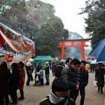 """После парадного завтрака немного поспали. Проснулись часам к 11 и начали собираться в первое посещение храмов в Новом году - """"хацумодэ"""". Поскольку на момент пробуждения погода выглядела вполне прилично (ветрено, но солнечно), я нарядилась в кимоно. Однако, пока мы ехали на автобусе, погода наконец решила соответствовать первоначальному прогнозу. И из собравшихся буквально мгновенно тучек повалил снежок. Мы приехали к храму Симогамо-дзиндзя. Жизнь кипит, несмотря на погоду"""