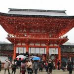 А это основные ворота храма. Снег разошелся не на шутку
