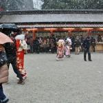 А в кимоно не так мало народу. Праздник как-никак