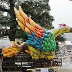Скульптура. Это трехногая ворона ятагарасу, один из символов Симогамо. В клюве несет листики аои, которые на гербе храма