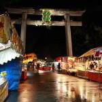 А после 10 вечера собрались и пошли в храм Китано-Тэммангу. Погода была омерзительная: сильный ветер и мелкий противный дождь. Потому в храме почти не было посетителей, хотя для их приема было все готово и лоточники мужественно мерзли в своих палаточках