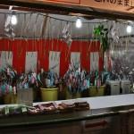 В самом храме все подготовлено для 1-го января. Это амулеты от бога Тэндзина на следующий год, но продавать их начнут только через несколько часов