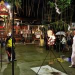 Один из старых новогодних обычаев. Тэндзин (божество храма Китано-Тэммангу) почитается, помимо прочего, как бог огня. Перед самым Новым годом в храме зажигается священный огонь от Тэндзина. От этого огня надо поджечь специальный фитиль и отнести этот горящий фитиль домой, где зажечь им домашний очаг. И на этом священном огне приготовить первую еду в новом году (в наших краях это новогодний суп одзони). Огонь от бога Тэндзина будет хранить домашний очаг и дом, где этот очаг находится, от всяких бед в новом году. Ну, а еда, приготовленная на таком огне, будет исключительно полезной и для тела, и для духа