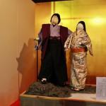 А в нишах основных ворот храма стоят тканевые куклы. Все ткани вытканы мастерами Нисидзина. Куклы представляют собой героя времен Сэнгоку Курода Ёситака (Канбээ) с женой Тэру