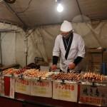 Лоточники продолжают готовиться к приходу посетителей. Это вот всякое мясо, жареное на палочках