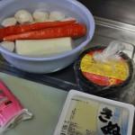 Ну а я приступила к изготовлению новогоднего супа одзони. Рецепт супа свой в каждом регионе Японии, а иногда - и с семейными традициями и особенностями. В нашем варианте используются дайкон, красная морковь, картошка сато-имо, тофу, камобоко и специальный домашний белый мисо. В готовый суп кладут плюшки моти. Но мы плюшки оставили на потом, благо суп планировали есть утром, после встречи первого рассвета