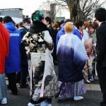 В центре - девушка, одетая в мужское кимоно и хакама с хаори