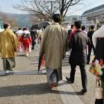 Дядька слева в кимоно со спины страшно похож на нашего мэра, Кадокаву Дайсаку. Очки, плешь и кимоно. Правда, я это заметила только разбирая фотографии. Потому не догадалась обогнать и заглянуть в лицо. Ну и ладно. А вот справа личность в кимоно - уже из этих, отмечающих