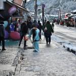 На Араcияме лёдно. И девушки в кимоно скребут тротуары