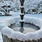 Вода в дождевом сливе замерзла намертво