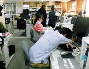 Сотрудник компании «Okuta Corp.» дремлет на работе